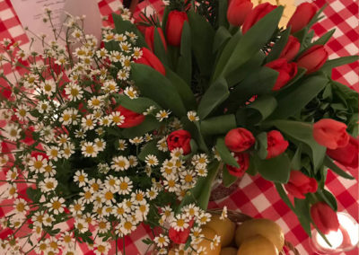 Fay-Campbell-Events-Farmers-Market-table-flowers-with-lemons